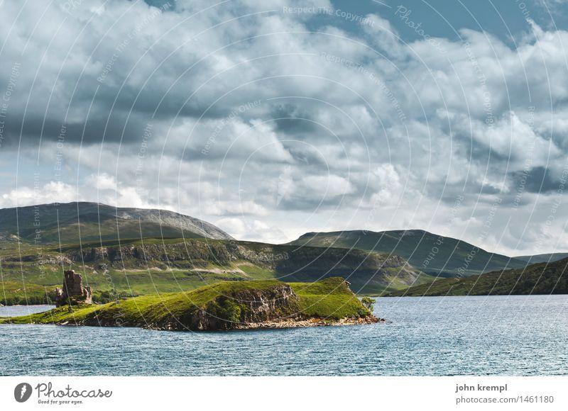 Idyllische Idylle Umwelt Landschaft nur Himmel Wolken Wiese Hügel Felsen Küste Bucht Fjord Meer See Schottland Highlands Burg oder Schloss Ruine historisch