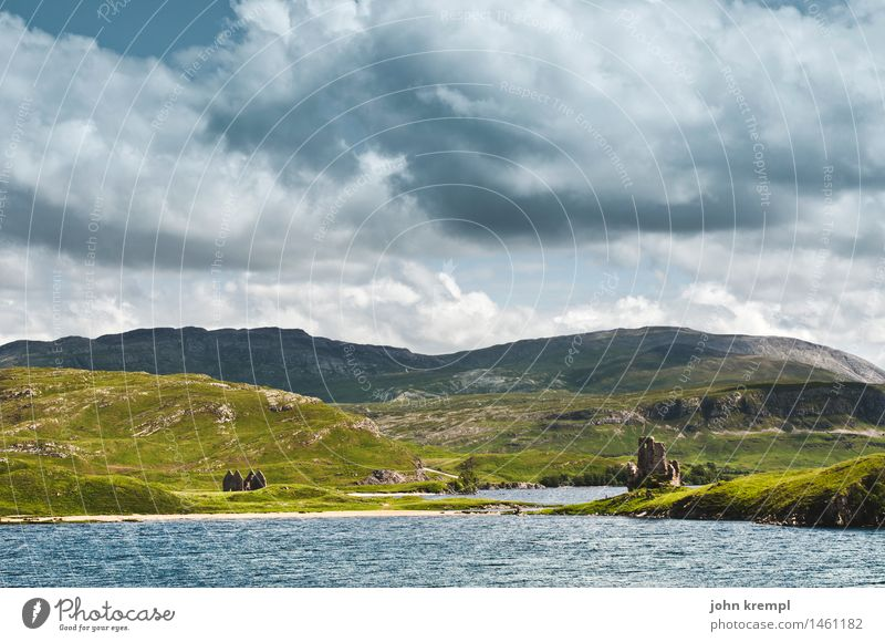 Langweiliges Schottlandfoto Wasser Himmel Wolken Gewitterwolken Hügel Küste Seeufer Strand Bucht Fjord Ruine Burg oder Schloss Wachturm bedrohlich historisch