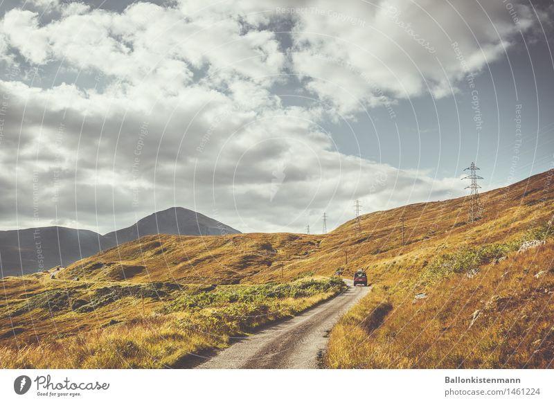 Roadtrippin Ferien & Urlaub & Reisen Ausflug Abenteuer Ferne Freiheit Expedition Berge u. Gebirge Landschaft Herbst Nebel Hügel Felsen Straße PKW Geländewagen