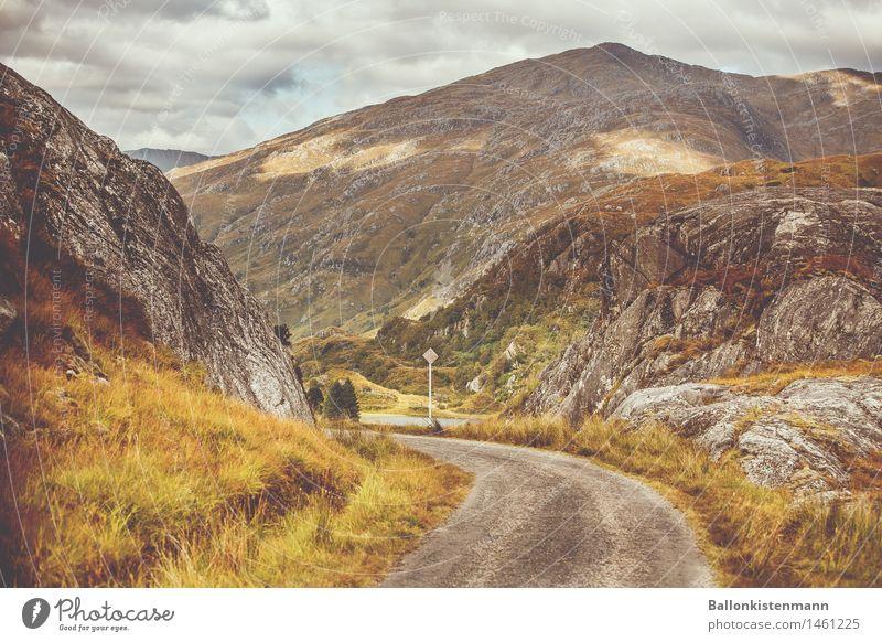 Da lang. Natur Ferien & Urlaub & Reisen Landschaft Berge u. Gebirge Straße Herbst Wege & Pfade Felsen Verkehr Idylle Perspektive Ausflug Hügel Verkehrswege
