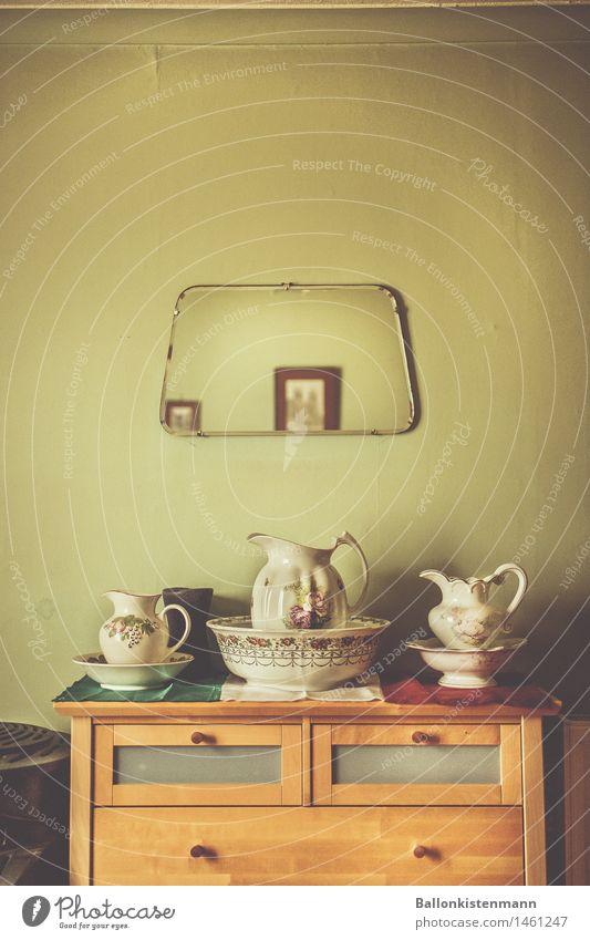Eine schicke Anrichte aus vergangenen Zeiten. Stockfoto Porzellan Vintage Retro-Trash grün Schlafzimmer historisch Großeltern Spiegel Kannen Schalen & Schüsseln