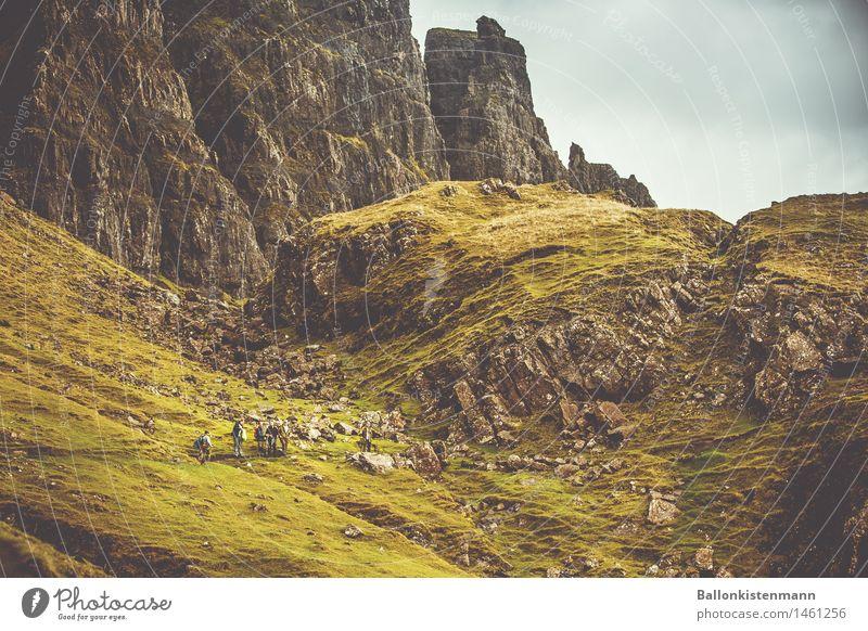 Da sind sie, Lieutenant. Mensch Natur Ferien & Urlaub & Reisen grün Landschaft Ferne Berge u. Gebirge Umwelt Wege & Pfade Gras Menschengruppe Felsen maskulin