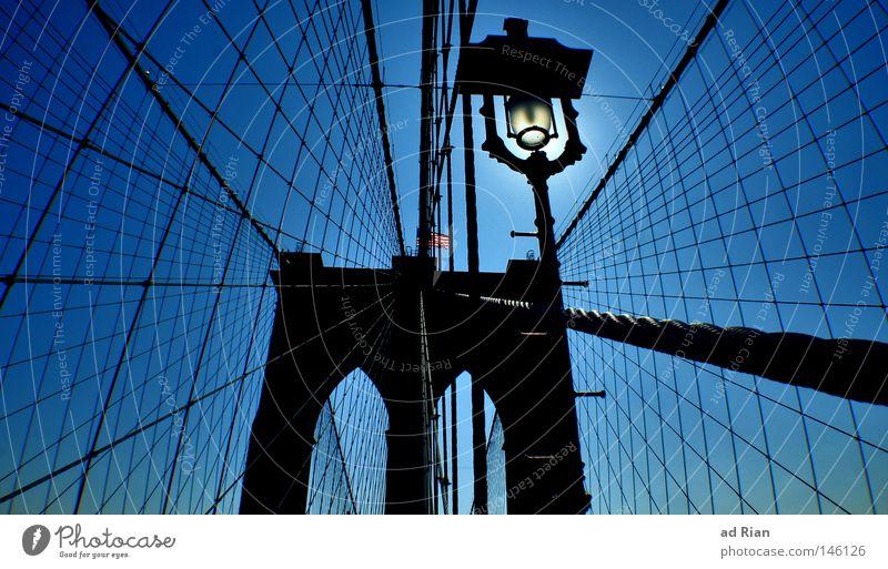 No sleep till Brooklyn Himmel Stadt Ferien & Urlaub & Reisen dunkel Wand Mauer Architektur Straßenverkehr elegant Seil Brooklyn Brücke Unendlichkeit Bauwerk Verkehrswege