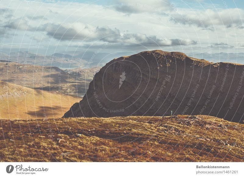 S P O R E R. Ferien & Urlaub & Reisen Mann Erholung Landschaft Wolken ruhig Ferne Berge u. Gebirge Erwachsene Umwelt Herbst Freiheit Erde Felsen träumen