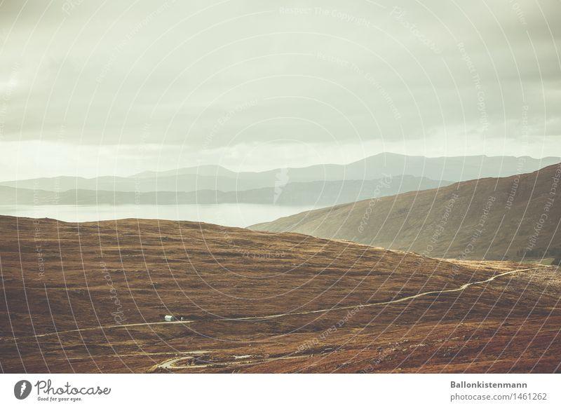 Haus vorm See. Ferne Freiheit wandern Natur Landschaft Wasser Himmel Wolken Gewitterwolken Herbst schlechtes Wetter Hügel Schlucht Seeufer Moor Sumpf fahren
