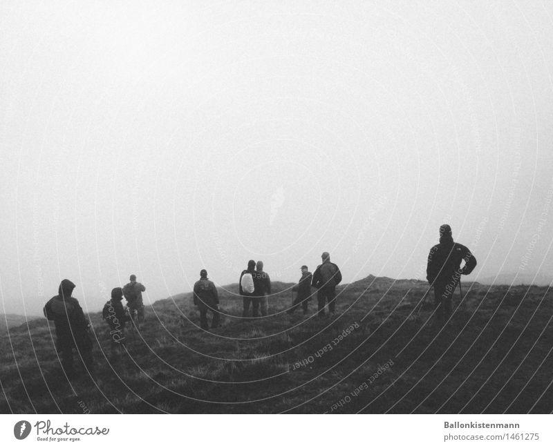 Wohin des Weges Abenteuer Ferne Expedition Berge u. Gebirge wandern Klettern Bergsteigen Mensch maskulin Menschengruppe Nebel bedrohlich dunkel Einsamkeit