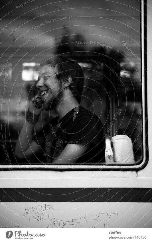 mobil mobil Mann weiß Freude schwarz sprechen Fenster lachen Kommunizieren Freizeit & Hobby Information Kontakt Handy Mobilität Bus Telefon Telefongespräch