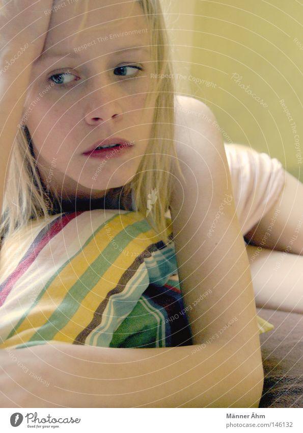 Ich warte! Frau Sofa Möbel Wunsch Kissen Streifen Kleid Unterhemd abstützen Wand lümmeln Langeweile Nachthemd rosa rein blond Wohnzimmer Schulter liegen Denken