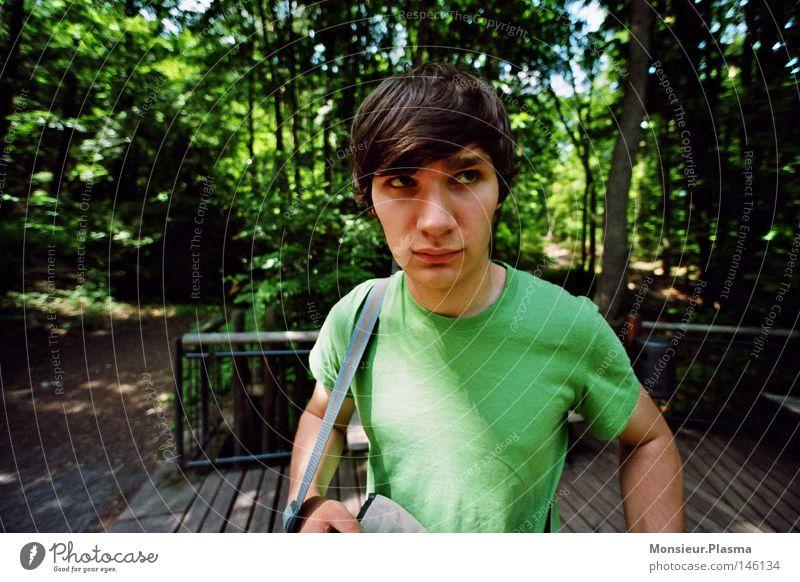 waldspaziergang Natur Baum Sonne grün Gesicht Wald T-Shirt Konzentration Typ Kerl skeptisch Tarnung