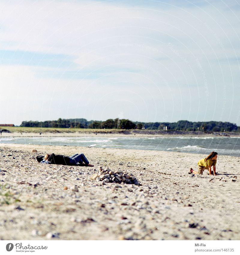 taking care of kids Wasser Meer Strand Schwäche Inszenierung
