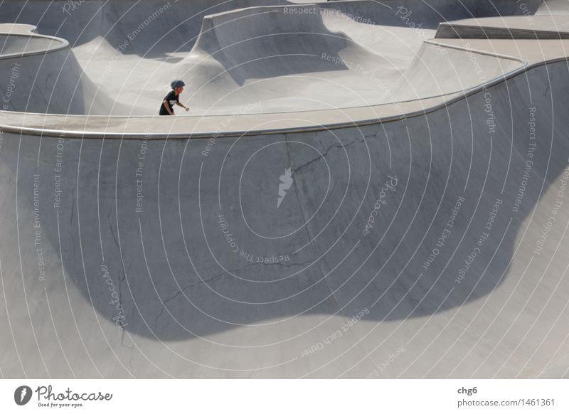 Detail Skaterbahn mit Skater Mensch Jugendliche Freude schwarz Sport grau Lifestyle Freiheit Freizeit & Hobby Geschwindigkeit Beton Fitness fahren stark Mut