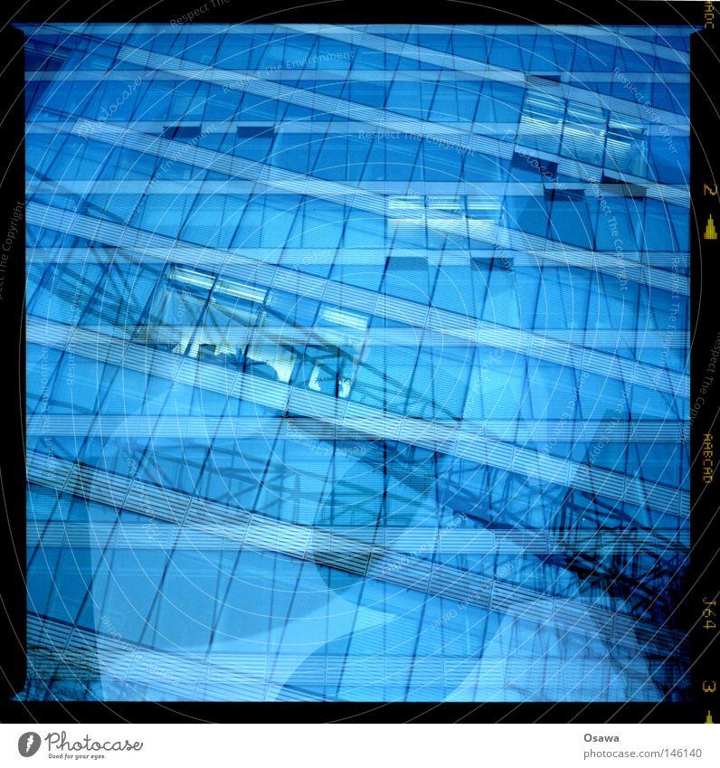 Dreier 3 blau Alkoholisiert Schwimmbad Reflexion & Spiegelung Wasser Mischung Straßenkreuzung Wegkreuzung Fassade Gebäude Fenster Raster Interesse intern Träger