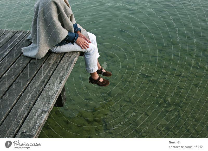 meine Freundin Frau Natur Wasser grün ruhig kalt Holz Stein Beine See Linie sitzen frisch Klarheit Frieden rein