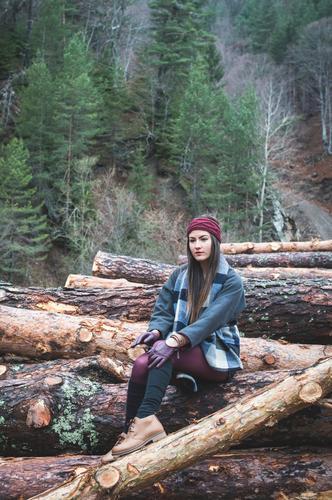Junge Frau auf Holzklotz Lifestyle schön Erholung wandern Mädchen Erwachsene Natur Herbst Baum Wald Einsamkeit jung laufen rennen Kaukasier eine