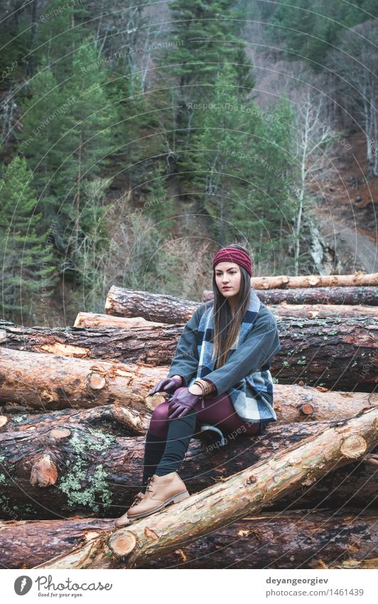 Junge Frau auf Holzklotz Natur schön Baum Erholung Einsamkeit Mädchen Wald Erwachsene Herbst Lifestyle wandern Aktion Beautyfotografie hinten Kaukasier