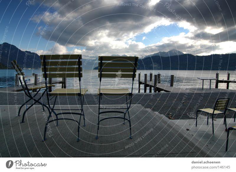 Nachsaison am Vierwaldstättersee Herbst Stuhl ruhig Wasser Berge u. Gebirge Alpen Licht Schatten Schweiz See Aussicht Einsamkeit Wolken Himmel gelb blau grau
