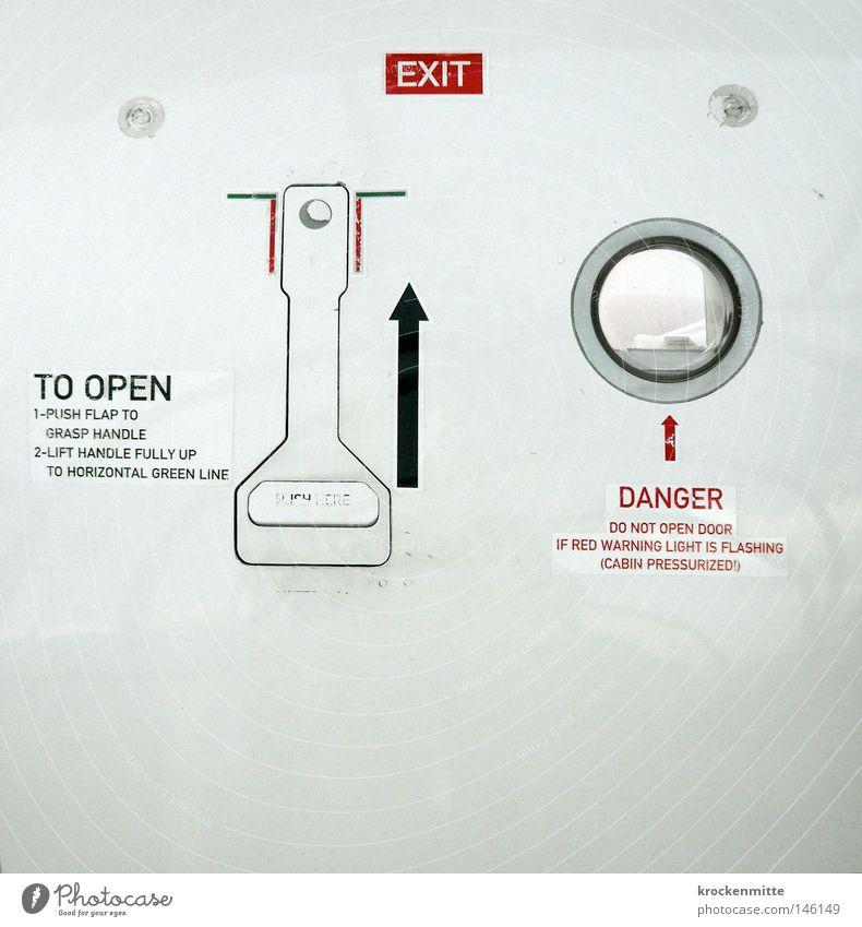 E X I T Flugzeug Ausgang gefährlich Kreis Fenster Hebel rot weiß aufmachen Notausgang fliegen Ferien & Urlaub & Reisen Reisefotografie Angst Pfeil schwarz