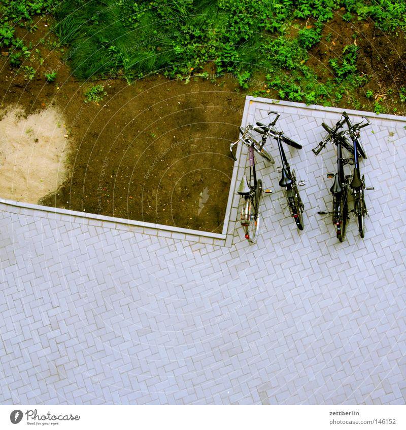 Hof 2 Hinterhof Straßenbelag Handlanger Vogelperspektive leer Fahrrad Rad Reifen Abstellplatz Fahrradständer Parkplatz Verkehrswege Häusliches Leben plaster