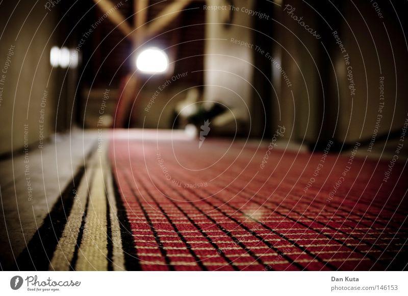 Dachbodenromantik alt schön rot gelb Wärme Holz Fuß oben gehen Raum Treppe dreckig weich Bodenbelag schlafen nah