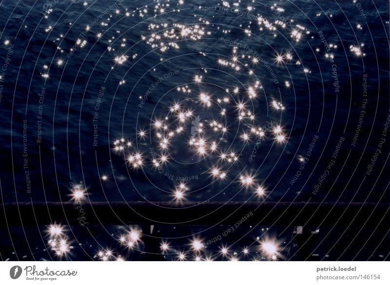 [HH08.3] Wassersterne Licht glänzend Elbe Hamburger Hafen Sonnenstrahlen Fleck Beleuchtung Lichtspiel Elfe Stern (Symbol) Fluss fließen bezaubernd dunkel Freude