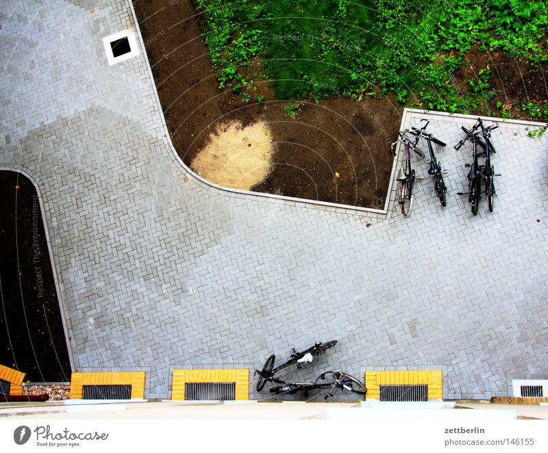 Hof 3 Hinterhof Straßenbelag Handlanger Vogelperspektive leer Fahrrad Rad Reifen Abstellplatz Fahrradständer Parkplatz Verkehrswege Häusliches Leben plaster