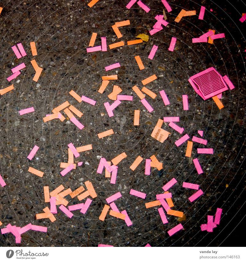Verloren Erfolg verloren Glücksspiel Jahrmarkt Cannstatter Wasen Wiese Oktoberfest Papier chaotisch Müll mehrfarbig verlieren Beton Lotterie reich Millionär