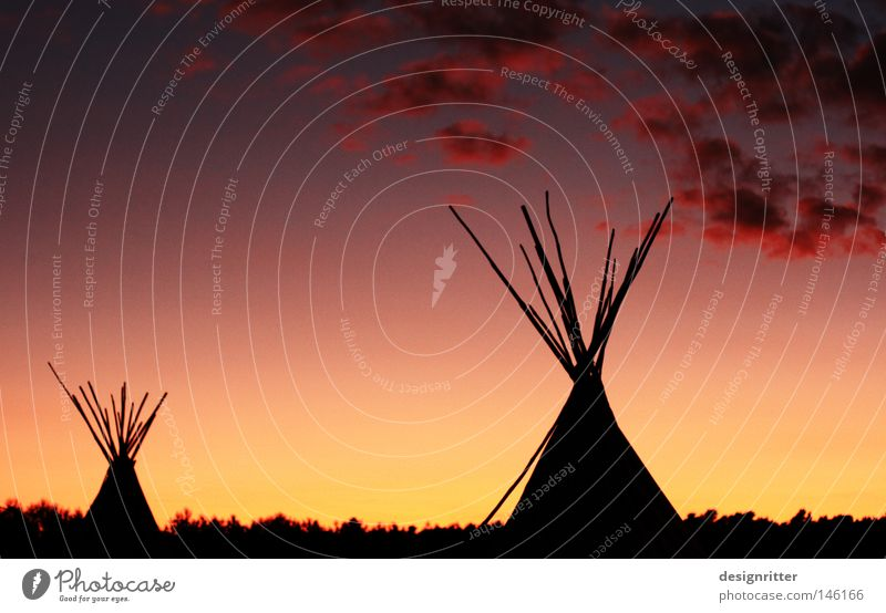 Rote Wolke Abend Dämmerung dunkel Sonnenuntergang Romantik rot gelb Gold Wolken Wald Steppe Grasland Indianer Zelt Camping Tipi Amerika Nordamerika Dorf