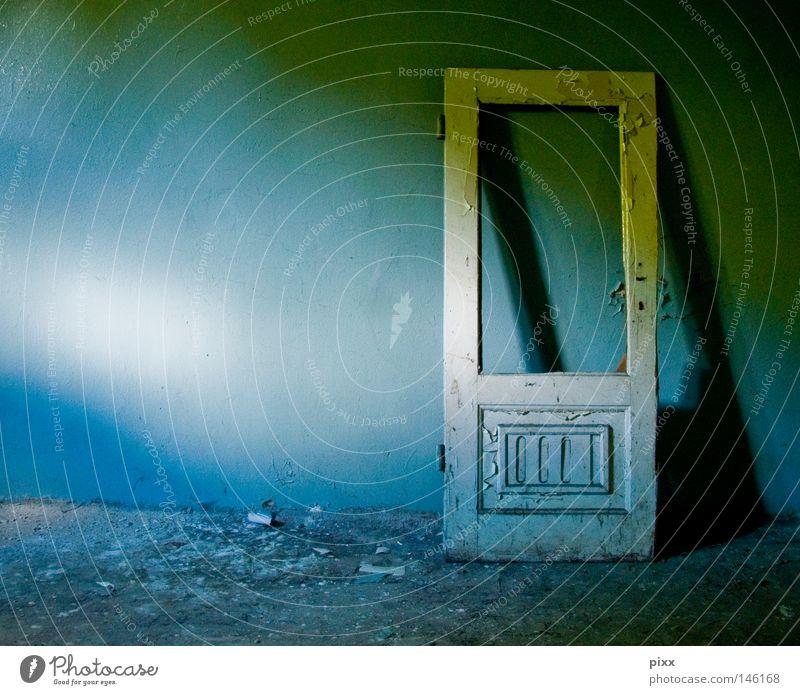 Anlehnungsbedürftig Tür alt verfallen Raum Örtlichkeit Licht Wand Schatten blau Nachmittag Holz Farbe Farbstoff Farben und Lacke abblättern Renovieren Verfall