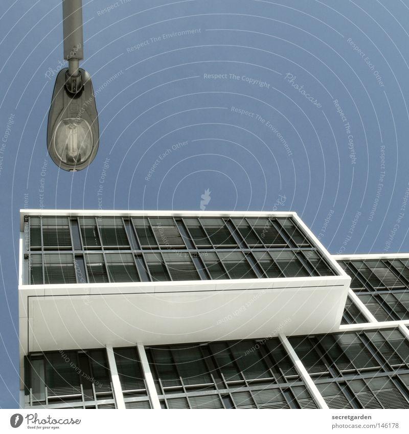 [HH08.3] wohnschublade Lampe Straßenbeleuchtung Laterne unten Froschperspektive steil weiß Raum dunkel Fenster Aussicht Architektur Elektrisches Gerät