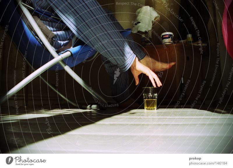 Frühes Lichterspiel Mensch Mann Hand Freude ruhig Erholung Fuß Zufriedenheit sitzen trinken Tee genießen greifen Liegestuhl aufstehen Schlafanzug