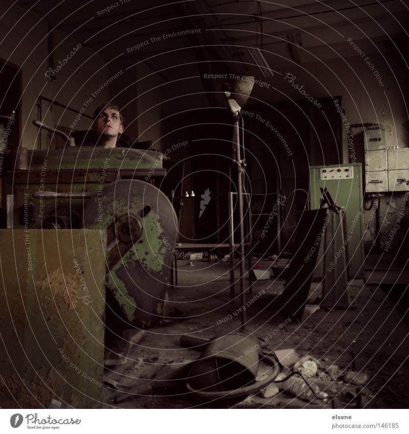 ::SKULPTUR:: alt Einsamkeit Lampe Kopf Raum dreckig Industrie kaputt Werkstatt verfallen Handwerk Handwerker Ruine Örtlichkeit unordentlich aufräumen