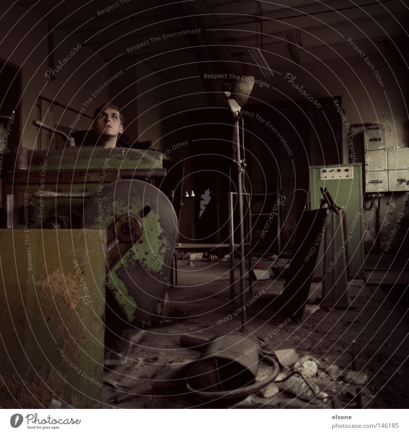 ::SKULPTUR:: Kopf Raum Örtlichkeit Ruine alt Einsamkeit unordentlich aufräumen Lampe Schlosserei kaputt dreckig Handwerk verfallen Industrie Örtlichkeiten