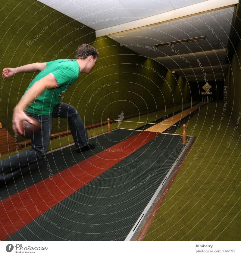 kegel mit pegel Mensch Mann Jugendliche Freude Sport Spielen Kraft Freizeit & Hobby Erfolg verrückt Aktion Technik & Technologie Körperhaltung Ball Jeanshose