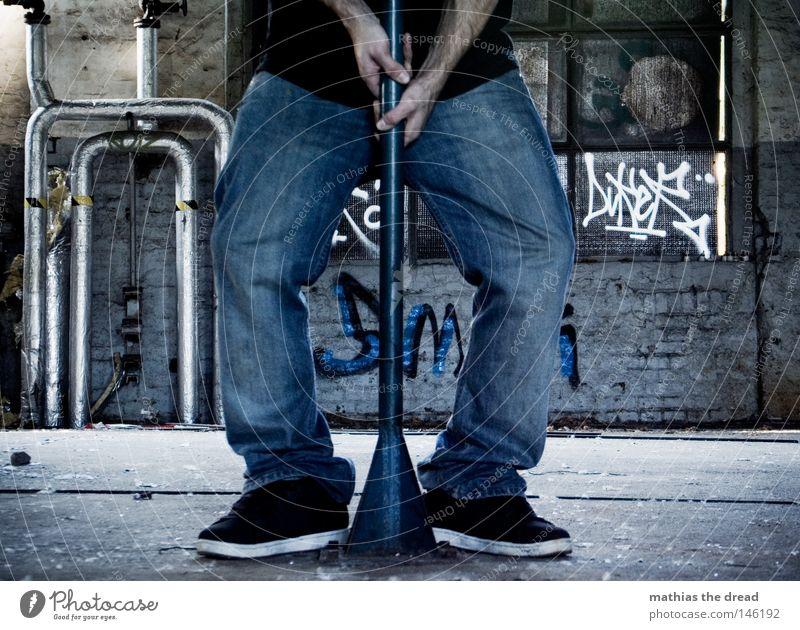 EXCALIBUR stehen Beine Fuß Schuhe Hose Jeanshose Jeansstoff Turnschuh O-Beine Hand Griff Stab Stock stark Kraft Wucht ziehen festhalten Zerreißen Erfolg