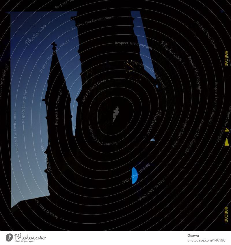 Gedächtniskirche Gedächtnis Kirche Charlottenburg Kunst Denkmal Bauwerk Sightseeing schwarz Dach Turmspitze Dämmerung Sonnenuntergang Mittelformat Gotteshäuser