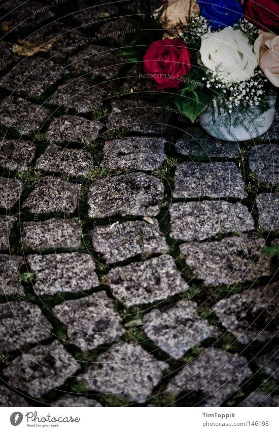 Ruhe sanft † Blume Traurigkeit Tod Angst Vergänglichkeit Trauer Todesangst Blumenstrauß Ende Kopfsteinpflaster Verzweiflung Friedhof weinen verlieren Grab