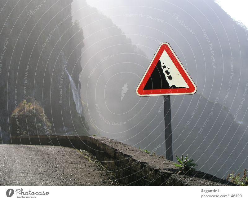 Gefährlicher Weg Wege & Pfade Berge u. Gebirge Straße schmal bedrohlich vertikal Felswand Wasserfall Stein Steinschlag Schilder & Markierungen Madeira