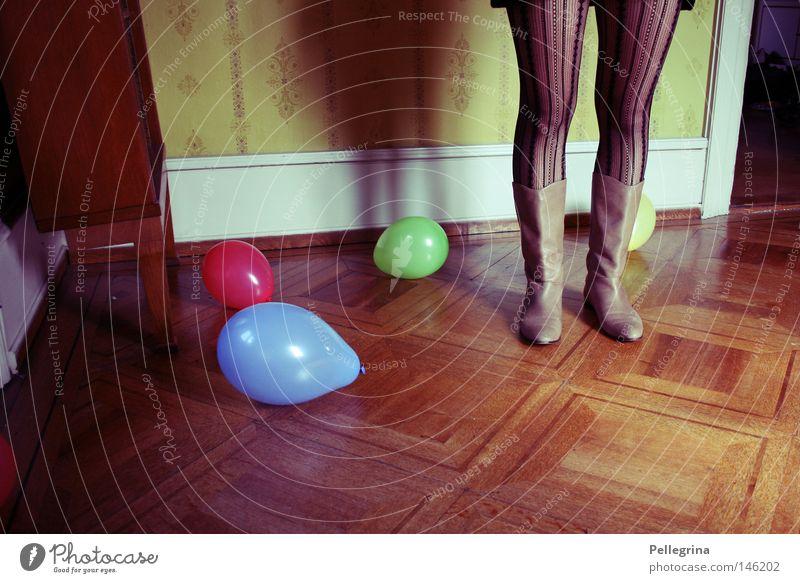 playground Parkett Holz Gestell Raum Stiefel Frau Tapete Wand verloren Einsamkeit bodem Farbe stümpfe Beine Schatten Luftballon
