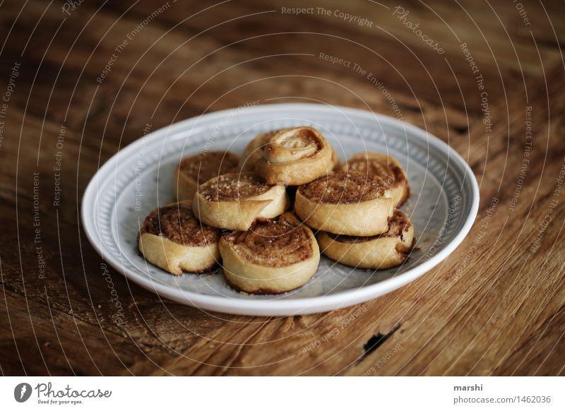 Zimtschnecken Lebensmittel Getreide Teigwaren Backwaren Kuchen Dessert Süßwaren Ernährung Essen Geschirr Teller Stimmung zimtschnecken Weihnachtsgebäck süß Holz