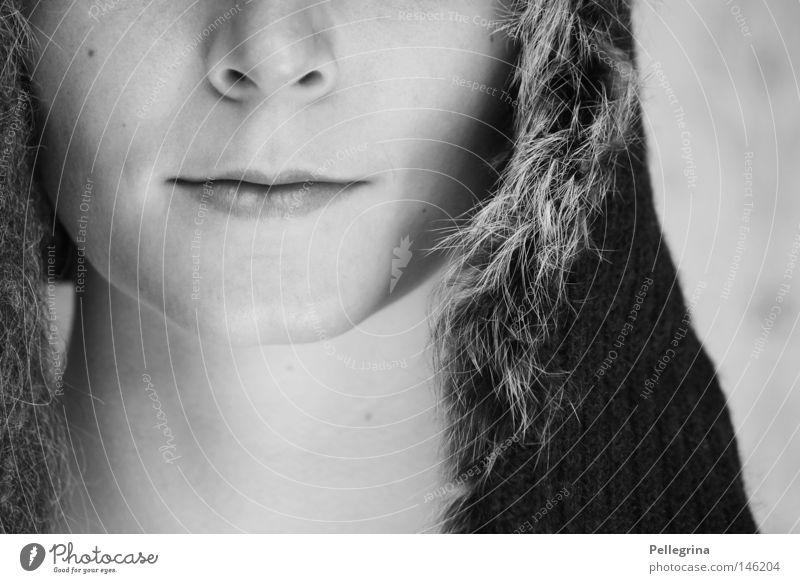 1/2 kalt ruhig weich Mütze Baseballmütze Fell Frau schwarz weiß rein Schwarzweißfoto sanft kappe Mund Nase Gesicht makellos perfekt
