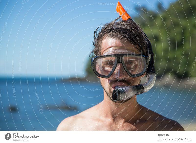Junger Mann mit Schnorchelausrüstung Lifestyle Freude Gesicht Erholung Ferien & Urlaub & Reisen Tourismus Sommer Sonne Strand Meer Sport tauchen Schule Mensch