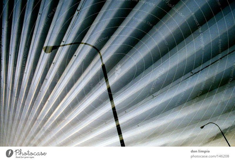 geschlossener raum Himmel Wolken Gebäude Linie 2 Raum Horizont modern Hotel analog Straßenbeleuchtung Doppelbelichtung Republik Irland Wellblech