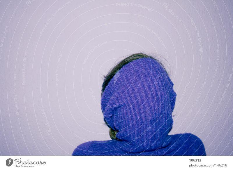 DESIGN IST KEINE KUNST Mensch Freisteller Vor hellem Hintergrund verborgen verhüllen vermummt vermummen unkenntlich unerkannt anonym gesichtslos violett
