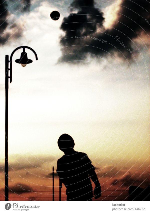 Spiel mit mir. Himmel blau rot Freude Wolken Farbe gelb Spielen grau Bewegung Stimmung Ball Laterne Rost Straßenbeleuchtung Abenddämmerung