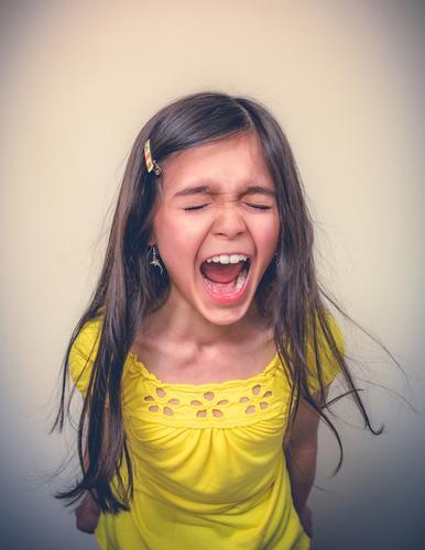 Junges Mädchen, das mit geschlossenen Augen schreit 1 Mensch 8-13 Jahre Kind Kindheit kämpfen schreien Aggression schön klug verrückt Gefühle Kraft Macht