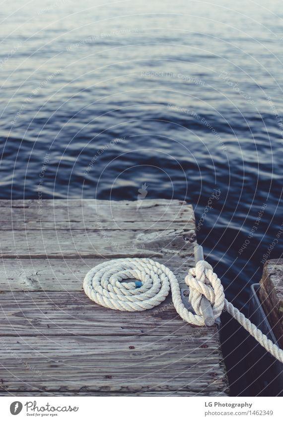 Dock - White Coiled Seil Erholung Wasserfahrzeug Krawatte dunkel weiß Sicherheit beigefügt Bootfahren Gewässer Klampe Rolle aufgerollt tief Saum Schwimmer