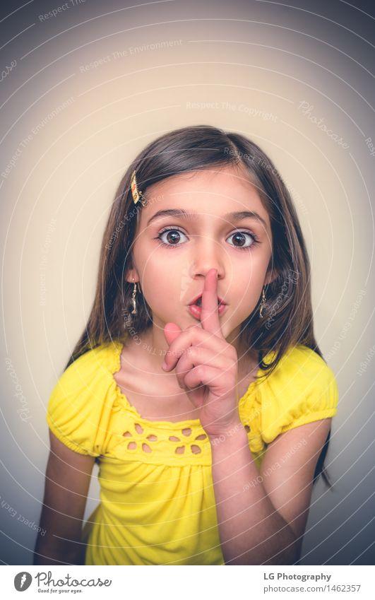Junges Mädchen, das Ruhe gestikuliert. Frau Erwachsene Finger brünett niedlich trotzig sich[Akk] schlecht benehmend verärgert ärgerlich Verhalten rechthaberisch