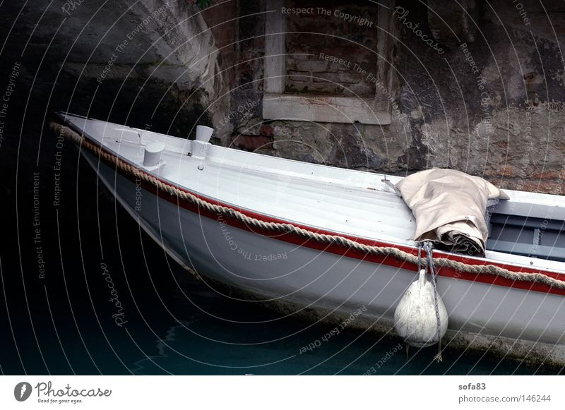 venedig l Wasserfahrzeug weiß Weisses Meer Venedig Kanal ankern Mauer parken Parkplatz alt Italien Schifffahrt