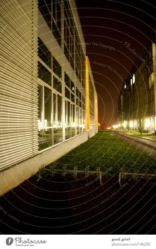 die uni hat wieder begonnen..... Stadt Einsamkeit Farbe Haus Straße Fenster Wege & Pfade Gras Lampe Zusammensein Fassade modern leer Studium Bildung Laterne