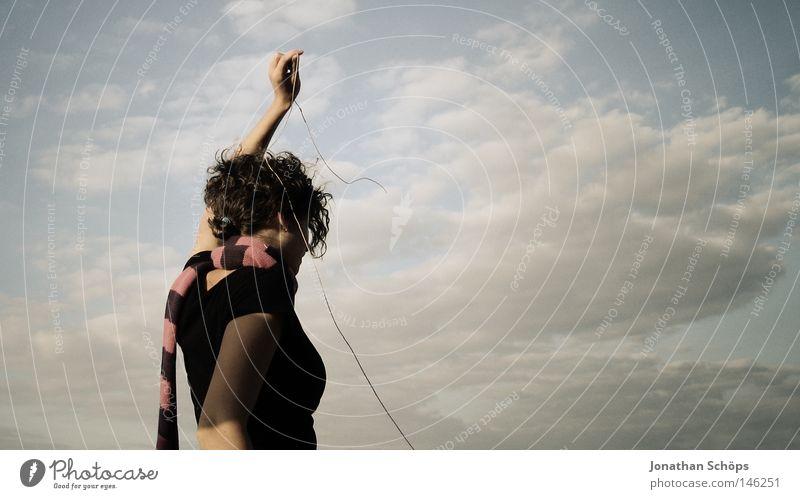 junge Frau in schwarz und Schal vor Wolkenhimmel mit Schnur Zufriedenheit ruhig Seil Mensch feminin Junge Frau Jugendliche Rücken 1 18-30 Jahre Erwachsene